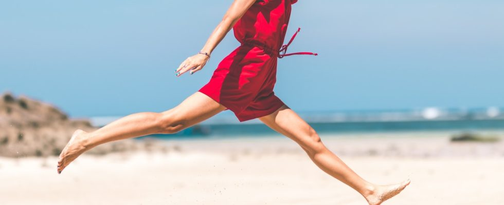 Glad kvinde hopper